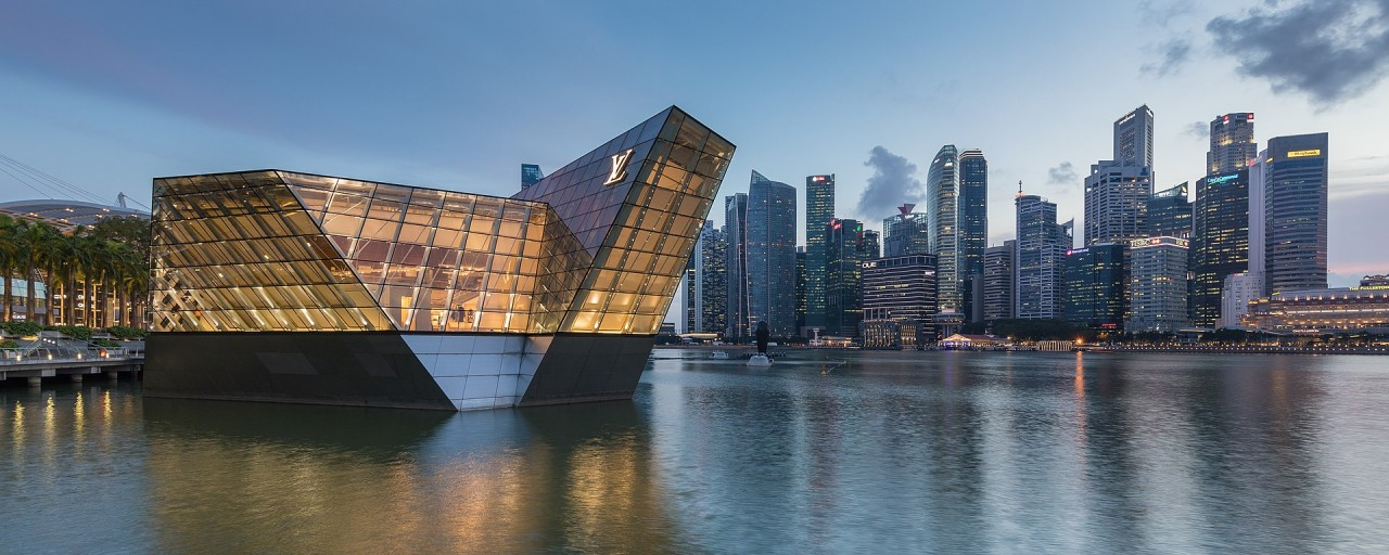 1920px-Lighted_polyhedral_building_Louis_Vuitton_in_Singapore